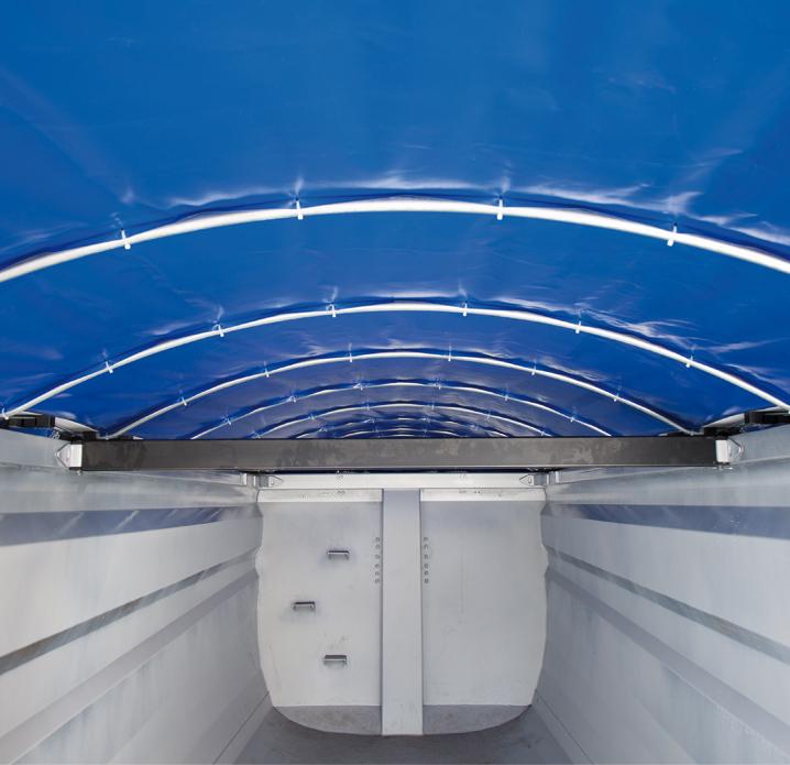 <p>Wnętrze skrzyni ładunkowej z zasuniętym dachem</p>