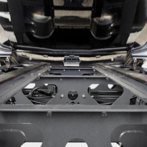 <p>Zoptymalizowana masowo rama o modułowej<br /> konstrukcji wykonana ze stali o wysokiej wytrzymałości. Rozwiązanie korzystnie wpływa na stabilność pojazdu, a co za tym idzie poprawia bezpieczeństwo</p>