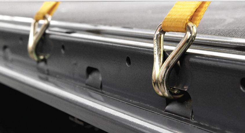 <p>Uchwyty mocowania ładunku w obrzeżu ramy</p>