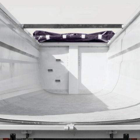 <p>Specjalnie zaprojektowana skrzynia Half-Pipe o przekroju w kształcie stożka, dostępna w kilku wolumenach i konfiguracjach, usprawnia rozładunek przewożonego materiału i nadaje nowoczesny design wywrotki</p>