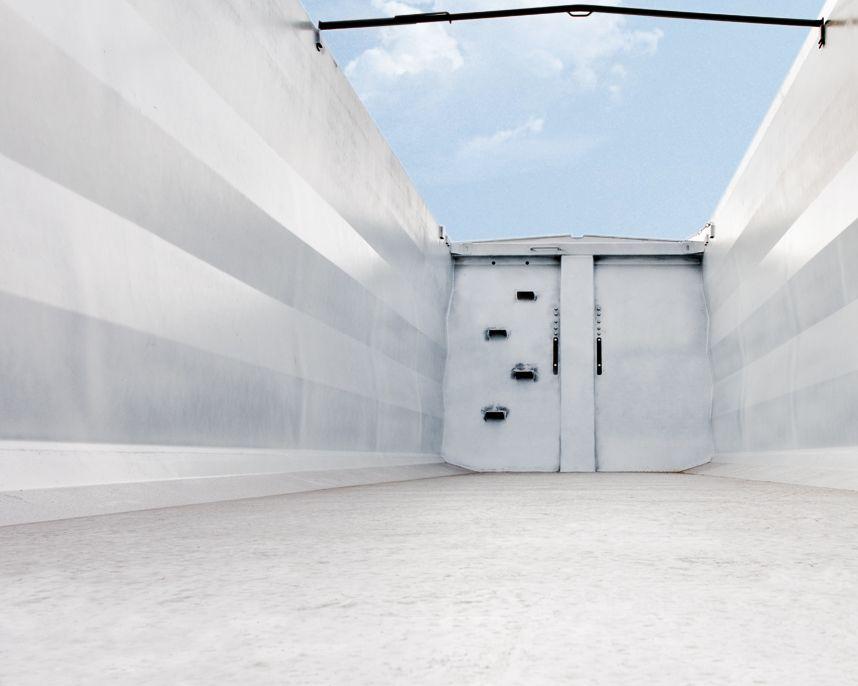 <p>Ściany skrzyni ładunkowej z jednego arkusza blachy formowane na prasie. Stopnie i uchwyt na ścianie przedniej</p>
