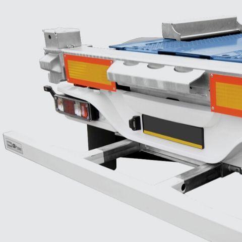 <p>Tył naczepy wyposażony w odboje stalowe, zderzak stalowy lub aluminiowy, uniwersalne dwupoziomowe zamki kontenera</p>